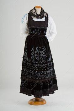 Traje de mordoma | Trajes de Festa - Marta Prozil - Atelier de Artesanato de Viana We Wear, How To Wear, Traditional Outfits, Apron, Two Piece Skirt Set, Costumes, Pretty, Skirts, Terra