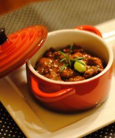 INGREDIENTES 1 quilo(s) de filé mignon em cubosSal e pimenta-do-reino a gosto1/2 cebola média picada3 colher(es) de sopa de óleo1/2 xícara(s) de chá de catchup4 colher(es) de sopa de molho inglês1/3 xícara(s) de chá de mostarda MODO DE PREPARO Tempere a carne com sal, pimenta-do-reino e reserve. Em um frigideira, refogue a cebola em óleo até que ela fique transparente.  Na sequência, junte a carne e deixe dourar. Acrescente o catchup, o molho inglês e a mostarda. Deixe no fogo até a carne…