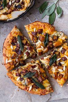 """Pizza butternut """"On étale sur de la pâte à pizza des oignons et du bacon caramélisés, des cubes de butternut rôtis, du cheddar, des tranches de pomme et du frolage bleu avant d'enfourner"""""""
