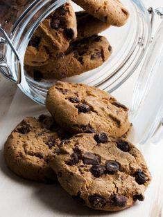 昔ながらの素朴なスイーツ、チョコチップクッキー。でも一部の菓子職人たちに言わせると、完璧な焼き方を習得するのは難しいのだそう。レシピをほんの少し変えるだけで、またはちょっと焼き時間を変えるだけで、オーブンから出したときの見た目や食感、味が激変するとか! あなたのお母さんの手作りクッキーが市販のクッキーとまったく違う姿で味だったのもそれが理由。もし「お手製のチョコレートチップクッキーをランクアップさせたい」、「ケーキのようにしっとりとしたクッキーを焼きたい」、と思っているなら、これから紹介するプロからのアドバイスをぜひ参考にしてみて。彼らが使う意外な材料が、あなたのクッキーをぐっとおいしくしてくれるはず! Sweets Recipes, Gourmet Recipes, Delicious Desserts, Yummy Food, Easy Chocolate Chip Cookies, Food Crush, Think Food, Weird Food, Biscuit Cookies