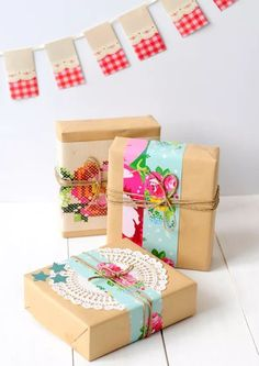 Pretty gift wrap idea for dressing up brown paper with doily, twine and colourful patterned paper strips Wrapping Gift, Gift Wraping, Creative Gift Wrapping, Wrapping Ideas, Creative Gifts, Brown Paper Wrapping, Pretty Packaging, Gift Packaging, Craft Gifts