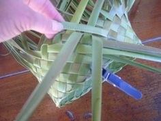 and Flax Weaving, Weaving Art, Weaving Patterns, Basket Weaving, Flax Flowers, Weaving Techniques, Projects To Try, Paper Crafts, How To Make