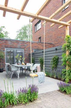 Een schommel in de tuin is leuk voor de kids en zorgt voor een gezellige sfeer Home And Garden, Garden Room, Diy Pergola, Contemporary Garden, Small Backyard, Patio Design, Family Garden, Garden Planning, Garden Layout
