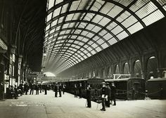 Credit: Popperfoto/Getty Images The platforms at King's Cross station, circa 1900 Victorian London, Vintage London, Old London, Uk History, London History, London Pictures, London Photos, Hogwarts Train, Architecture