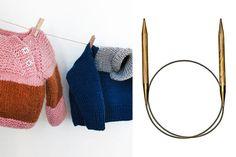 So lange die Temperaturen noch kalt sind und die Strick- und Häkelnadeln heiß, wollen wir dich inspirieren, handgemachte Schätze für die ganz Kleinen zu kreieren. Ob für die Babys der Liebsten oder für den eigenen Schatz - hier findest du 10 Anleitungen und das passende Material zum Behalten und Verschenken!
