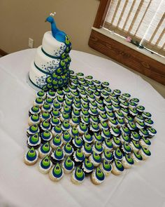 Peacock cake and cupcakes tail - source of photo unknown Crazy Cakes, Fancy Cakes, Cute Cakes, Pretty Cakes, Beautiful Cakes, Amazing Cakes, Peacock Cake, Peacock Theme, Peacock Cupcakes