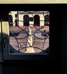 Chi era Barbaroux?  E che ci fa  la sua statua in piazza Galimberti ? Si laureò in Giurisprudenza che non aveva ancora 18 anni e si trasferì a Torino nellepoca di monsieur Napoléon. Fu anche ambasciatore in Vaticano: tutti i Savoia lo fecero lavorare dal primo Vittorio Emanuele a Carlo Felice al giovane Carlo Alberto che nel 1931 lo incaricò di metter mano alla riforma…