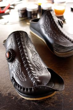 Handmade Leather Shoes, Leather Craft, Gentleman Shoes, Felt Shoes, Shoe Pattern, Leather Pattern, How To Make Shoes, Stitching Leather, Leather Projects