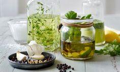 Yrttiöljyjen valmistus: Pane aineet suurisuiseen pulloon tai purkkiin. Kierrä kansi kiinni ja ravista. Anna maustua huoneenlämmössä pari päivää. Käytä salaattikastikkeiden valmistukseen, paistamiseen tai grillausöljynä.