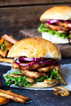 These Halloumi Burgers with Sticky Chilli Sauce are simply delicious, possibly the best vegetarian burger? Vegetarian or meat-eater, this halloumi burger will totally satisfy all tastes. Unlike other cheeses, halloumi doesn't melt. Vegan Bbq Recipes, Burger Recipes, Cooking Recipes, Healthy Recipes, Whole Foods Market, Halloumi Burger, Fried Halloumi, Crispy Chicken Burgers, Carne