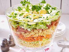 Klassisch und in 10 neuen Varianten: Schichtsalat lässt sich bestens vorberieten und macht Partygäste wie Gastgeber gleichermaßen glücklich.