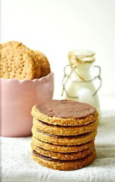 Razowe ciastka digestive bez cukru (słodzone ksylitolem) Wholemeal digestive cookies without sugar (sweetened with xylitol) - For semi-sweet Healthy Baked Snacks, Healthy Cupcakes, Healthy Candy, Healthy Cookies, Healthy Sweets, Baby Food Recipes, Sweet Recipes, Digestive Cookies, Good Food