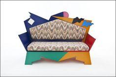 알렉산드로 멘디니의 대표작 candissi sofa입니다. 이 작품은 제가 색깔이 독특해 슈퍼스타에 넣을까 고민했지만, 색깔의 조합도 하나의 패턴으로 보여서 아티스트에 넣었습니다. 특히 등받이와 앉는 부분에 물결치는 듯한 패턴과 어지러운 색상이 잘 조화를 이루는 작품이라고 생각됩니다.