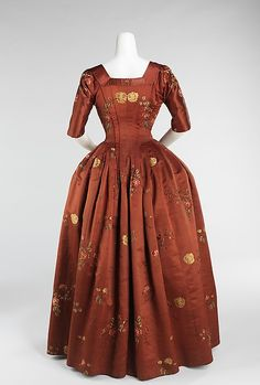 Back view, robe à l'Anglaise, England, 1740-1760. Brocaded red silk with floray sprays in coloured silk.