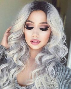 Haarfarbe grau silber   ein Mädchen mit lockigem Haar, sie hat bildschöne Schminke