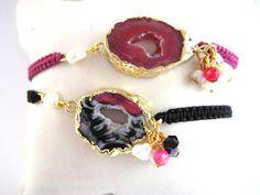 Pulseras engarzadas con hilo entrelazado en nudo macramé con ágata natural en la parte central y en el lateral detalle de perlas y tupís de cristal en rosa // Macrame bracelets with natural agate, pearls and crystal tupís in pink