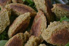 Estes bolinhos ficaram incrivelmente crocantes e saborosos. Ficaram muito leves, acompanhados de salada de folhas e arroz à grega.