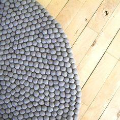 Mit diesem wunderschönen Filzkugelteppich mit Elefantenmotiv können Sie wahrscheinlich nicht falsch liegen. Der Teppich besteht gänzlich aus natürlichen, hellgrauen Filzkugeln. Das helle und schlichte Aussehen ist eine passende Ergänzung für die meisten Häuser. Kostenlose Lieferung  |  3 Jahre Garantie  |  Lieferzeit 2 – 4 Tage