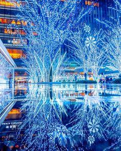 """HITOSHI on Instagram: """"ホワイトブルー 博多駅のイルミネーションは 青と白が代わる代わる 変化していきます😊💓 :  #福岡 #博多 #イルミネーション  #博多駅  #ライトアップ  #クリスマス #xmas  #christmas  #サンタさん  #santaclaus…"""""""
