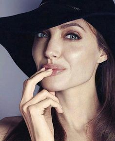 Angelina Jolie pictures and photos Angelina Jolie Makeup, Angelina Jolie Pictures, Brad And Angelina, Tilda Swinton, Brigitte Bardot, Gisele Bündchen, Jolie Pitt, Celebrity Hairstyles, Brad Pitt