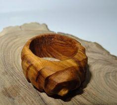 Anillo de madera de olivo hecho a mano en un proceso completamente artesanal…