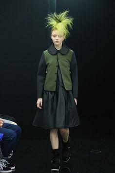 「tricot COMME des GARÇONS(トリコ コム デ ギャルソン)」が4月2日、東京・南青山のショールームで2013-14年秋冬コレクションを発表した。テーマは「カーキ」。デザイナーは栗原たお。