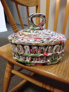Hermosa sesta de periodico para buena utilidada Recycled Paper Crafts, Recycled Magazines, Paper Crafts Origami, Recycled Crafts, Diy Paper, Newspaper Basket, Newspaper Crafts, Recycle Newspaper, Cardboard Paper