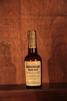 Anderson Pure Rye Whiskey - Destilado em 1892 e engarrafado em 1899, é a miniatura mais antiga da coleção (ainda lacrada)