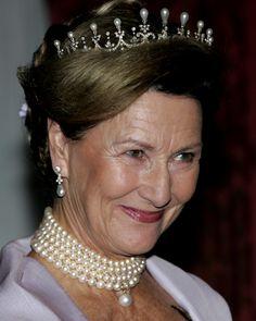 Dronning Sonja med diademet i den lille versjonen, og femraders perlekjede rundt halsen og en rund, stor hengende perle.