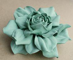 Suave verde cuero rosa broche de la flor