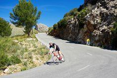 Francesc Robert tomando una de las curvas hacia el Pantà de Gorg Blau