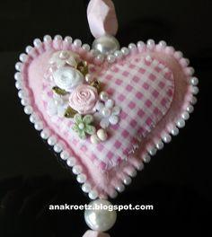 Mais corações em feltro, bordados ...       Cada um, diferente...       Mudam as cores e os acabamentos...        No lilás, algumas var...