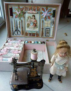 Antique sewing art Jouet boite Machine à coudre avec poupée couture mercerie dentelle doll