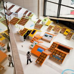 バンコクのデザイン事務所Apostrophy'sがデザインした水害情報のエキシビション。沈んだ屋根の連なりが突き抜けたユーモアと逞しさを感じさせる。