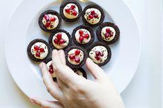 Cestini di pasta frolla al cioccolato, crema pasticcera e melograno.