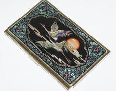 Tamaño: 3.7 W x 2.4 D (9,5 x 6 cm)  Se puede poner de 20 hojas de tarjeta de presentación.    Ver mis otros artículos  http://www.etsy.com/shop/jongmanpark?ref=si_shop    Obras de laca con incrustaciones de nácar    Najeon Chilgi, la madera con incrustaciones de laca con la Madre-de-Perla, es verdaderamente un bien cultural de Corea.  El arte de Najeon Chilgi se utiliza para fabricar elementos de cajas de joyas a cofres, armarios y escritorios.    Los dos principales materiales utilizados en…