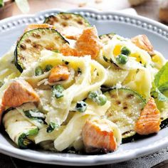 Pasta, salmon and grilled zucchini Veggie Recipes, Pasta Recipes, Healthy Recipes, Feel Good Food, Love Food, Happy Foods, Kitchen Recipes, Snack, Pasta Dishes