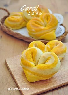 Colored heart-shaped bread. One ribbon is regular dough, the other is pumpkin. Link with translation of page: https://translate.google.com/translate?sl=auto&tl=en&js=y&prev=_t&hl=en&ie=UTF-8&u=http%3A%2F%2Fcaroleasylife.blogspot.com%2F2014%2F09%2Fblog-post_16.html&edit-text=