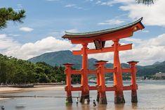 El santuario de Itsukushima en Miyajima con su torii gigante flotante es una visita obligada para los turistas en Japón y Patrimonio de la Humanidad