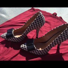 ALABAMA HOUNDSTOOTH SHOES GREAT CONDITION SIZE71/2 Houndstooth heels great condition.  Black and white. Other