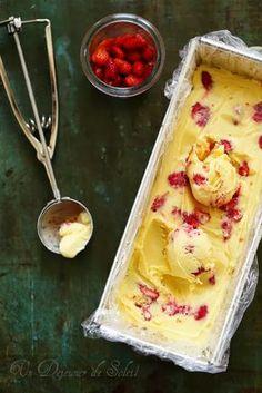 Glace sans sorbetière au lait concentré, fruit de la passion et fraises des bois
