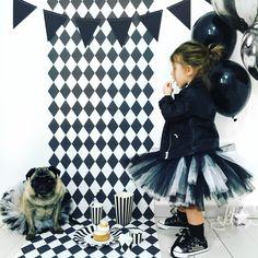 Coup de coeur pour cette fête d'anniversaire sur un thème black & white, photographiée et mise en scène par Audrey du blog http://www.ohmylilarose.com pour les 2 ans de sa petite Lila Rose. Articles de fête et vaisselle de table pour sur un thème black & white, à retrouver sur www.rosecaramelle.fr  Tutus par la créatrice Rose Vermeil. #blackandwhite #noiretblanc #fete #party #anniversaire #birthday #deco #graphique