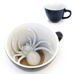 Une surprise vous attend au fond de cette tasse !