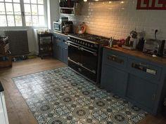 Carreaux de ciment Modele CH-44 en 20x20 - Charme & Parquet Condo Kitchen, Kitchen Tiles, Kitchen Living, Kitchen Flooring, Kitchen And Bath, Kitchen Remodel, Kitchen Design, Kitchen Cabinets, Bar Interior