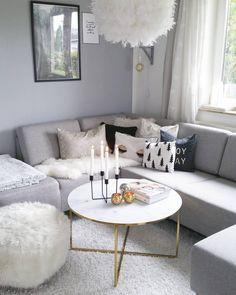 Das Highlight dieses grauen Traumwohnzimmers? Eindeutig der Couchtisch Antigua! Marmor ist Magie, denn nicht umsonst ist das Material seit der Antike Liebling von Kunst und Interior. Doch anstelle des empfindlichen Natursteins ist Couchtisch ANTIGUA aus einer pflegeleichten Glasplatte in Marmor-Optik gefertigt. // Wohnzimmer Sofa Kissen Pouf Fell Grau Grey Weiss Marmor Marble Couchtisch #WohnzimmerIdeen @sinas_home