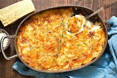 Ειδήσεις από την Ελλάδα και τον κόσμο Garlic Parmesan Potatoes, Lemon Potatoes, Potatoes Au Gratin, Sliced Potatoes, Cheesy Potatoes, Potato Recipes, Vegetable Recipes, Chicken And Chips, Holiday Side Dishes
