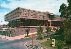Es una biblioteca en San José, Costa Rica. La biblioteca es muy grande. Tiene muchos libros.