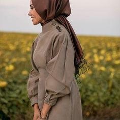 @qooqstore sizi düşünmüş ve bayram için harika parçalar yapmış. ✨ Seve seve kombinledim, devamı yarın akşam... #coming #before Photo By @bolbeyin Street Hijab Fashion, Abaya Fashion, Modest Fashion, Fashion Dresses, Hijab Style Dress, Hijab Chic, Hijab Outfit, Abaya Style, Modele Hijab