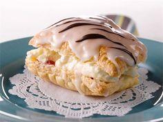"""Napoleon-leivos on rapeakuorinen voitaikinaleivonnainen, jossa on kermainen täyte. Nimi juontuu leivoksen kotikaupungista, Napolista. Ranskankielinen """"napolitain""""-sana (napolilainen) oli niin lähellä Napoleonia, että se muuntui pikkuhiljaa muotoon Napoleon."""