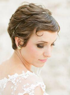 Novia y cabello corto no son incompatbles. Aquí un buen ejemplo. {Photo by Jodi Miller via Project Wedding} #bridalhair
